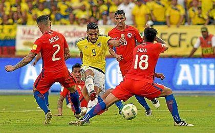 Felipe Gutiérrez, detrás de Falcao, en el Colombia-Chile.