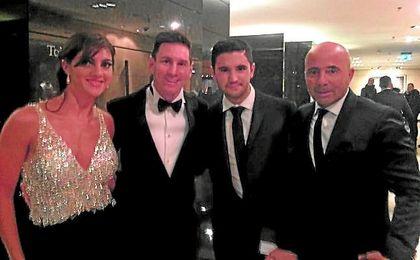 Sabrina y Alejandro Sampaoli, junto a Messi y su padre Jorge Sampaoli.