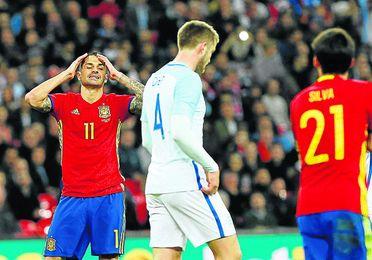 Vitolo, junto al inglés Dier y el español Silva, se lamenta tras desperdiciar una ocasión.