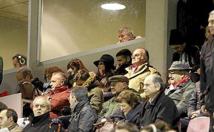 Quique Setién presencia un partido en un palco VIP del Estadio Benito Villamarín.
