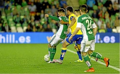 Momento en el que Ricky Van Wolfswinkel logra, ante Las Palmas, el gol que dio la salvación matemática al Betis la pasada campaña.