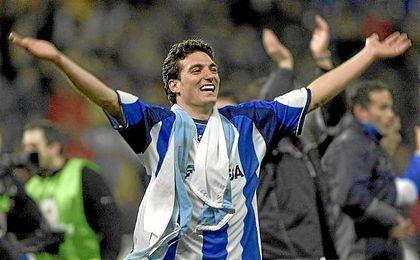 Scaloni festejando la Copa del Rey de 2002 junto con la afición del Deportivo.