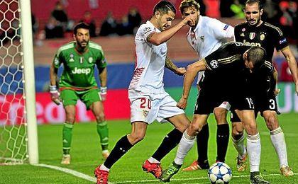 Vitolo y Bonucci pugnan por el balón en el Sevilla-Juventus de la temporada pasada.