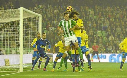 Bruno se impone en el salto a Lemos para peinar al fondo de la red un córner botado por Joaquín.