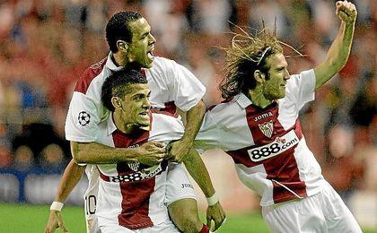 Dani Alves celebra un gol Luis Fabiano y Diego Capel.