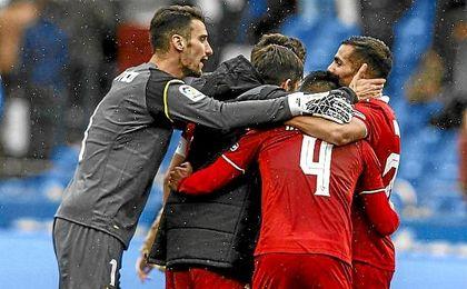 Los jugadores del Sevilla celebran el triunfo en Riazor.