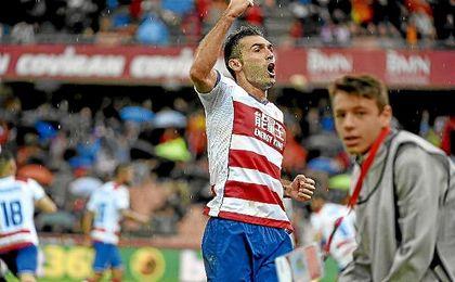 Barral celebra un gol con el Granada.