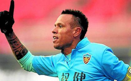Luis Fabiano celebra un gol con el Tianjin Quanjian.