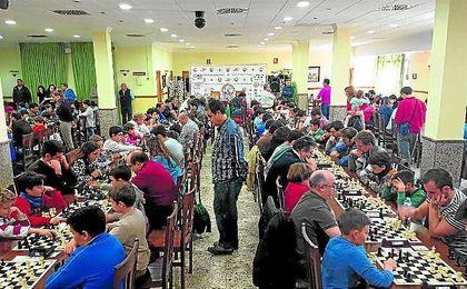 El ajedrez sigue haciéndose un hueco en la capital hispalense, que cada año acoge más eventos.