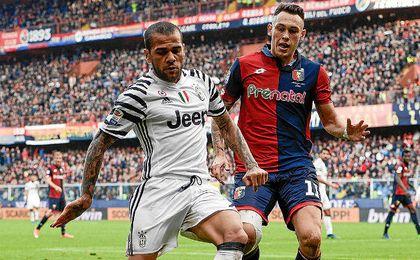 Alves, ante el Genoa.