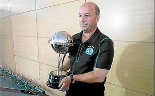Santa Fe entrega la réplica de la Sudamericana a Chapecoense