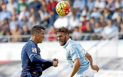Sergi Gómez pugna por el aire con Cristiano.