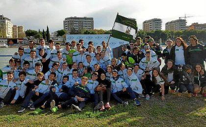 Los componentes del Náutico Sevilla celebran su éxito.