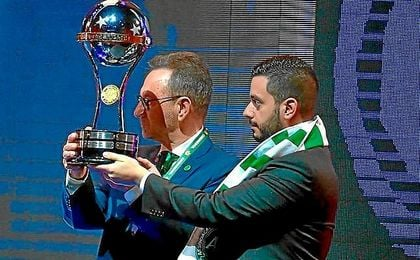 Imagen de la entrega de la Copa Sudamericana al presidente del Chapecoense.