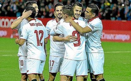 Los jugadores del Sevilla celebran uno de los goles al Málaga.