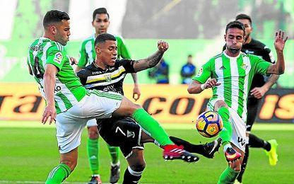 Bruno vio la quinta amarilla y es baja, junto a Petros, en el Calderón.