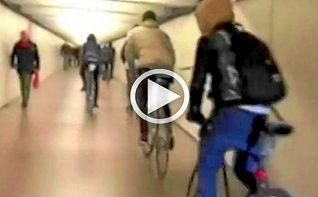 Unos ciclistas circulan a toda Velocidad por el metro de Barcelona