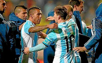 Tévez y Messi se abrazan tras un partido con Argentina.