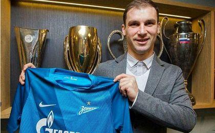 Ivanovic posando con la camiseta del Zenit.