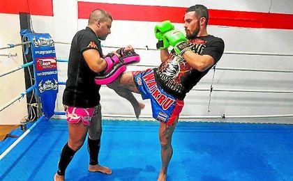 El luchador sevillano Carlos Campos se está preparando a fondo para pelear contra el portugués Bruno Almeida.