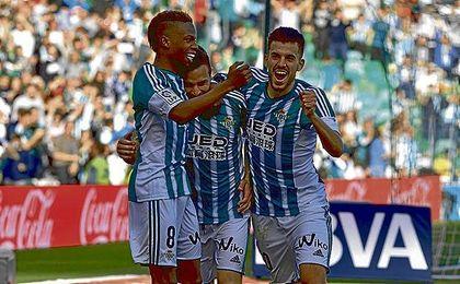 Musonda y Dani Ceballos celebran con Rubén Castro su gol de la pasada temporada ante el Valencia.