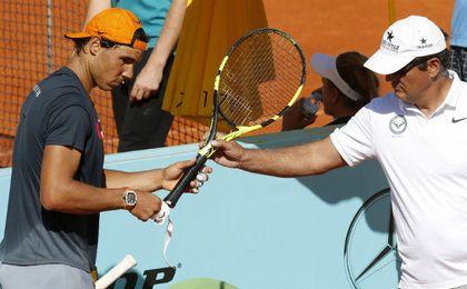 Toni Nadal junto a Rafa durante un entrenamiento. EFE.