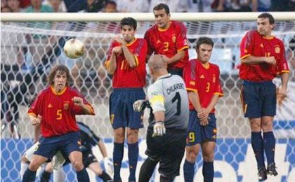 El portero paraguayo Chilavert lanzando una falta contra España (Mundial 2002)