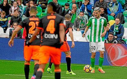 Dani Ceballos, con el balón en los pies ante el Valencia.