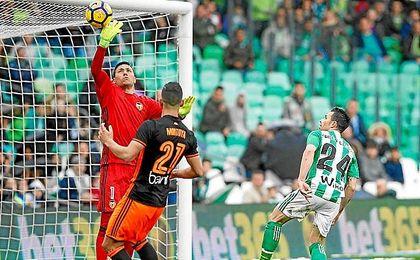 Alves saca un remate de Rubén Castro casi bajo palos.