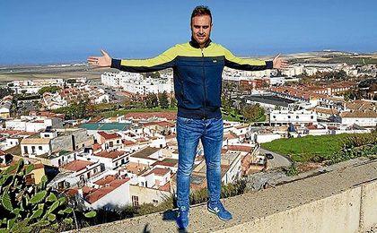 Juan Cala posa para ESTADIO durante una entrevista con Lebrija de fondo.