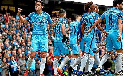 Jesús Navas celebra un gol con el Manchester City.