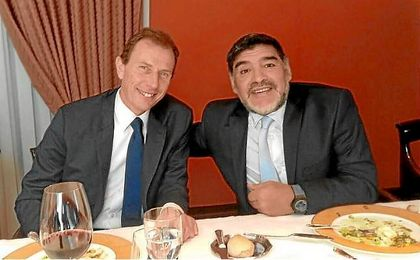 Maradona, junto a Butragueño en el almuerzo entre las directivas del Real Madrid y el Nápoles.