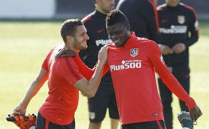 Thomas Partey, junto a Koke, en un entrenamiento del Atlético de Madrid. UESyndication.