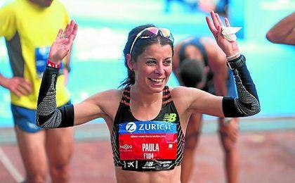 Paula González Berodia tras cruzar la meta como campeona del último Zúrich Maratón de Sevilla.