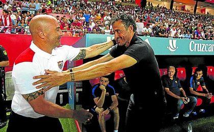 Sampaoli saluda a Luis Enrique en el Sevilla-Barça de Liga.
