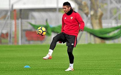 Montoya espera su debut con el Sevilla.