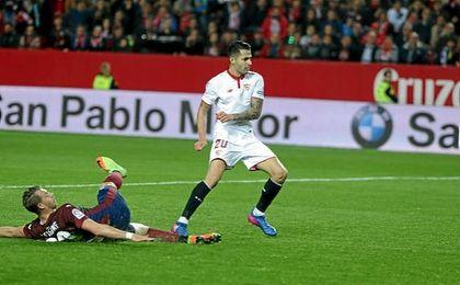 Vitolo le aporta una marcha más al Sevilla con su potencia y capacidad para dar el paso al frente.