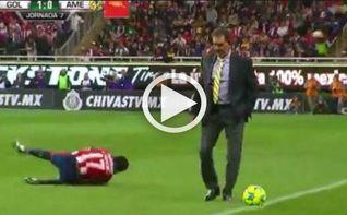 El entrenador del América interrumpe un ataque del rival y es expulsado