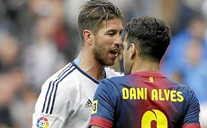 """Alves: """"Ramos no hizo tanta historia en el Sevilla como para no celebrar los goles o pedir respeto"""""""