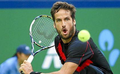 En la imagen, Feliciano López golpea una bola.