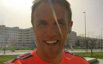 Phil Neville corre por Sevilla con la camiseta del Valencia y se sorprende de la reacción de la gente