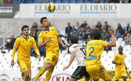 En la imagen, Carlos Bellvís luchando un balón por alto.