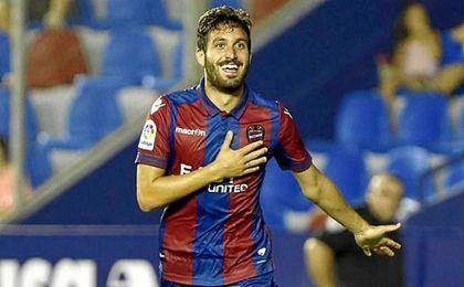 José Campaña celebrando un gol con el Levante.