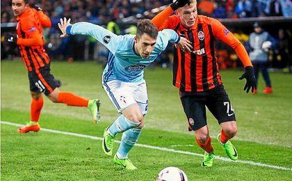 Hugo Mallo protege el balón ante el acoso de un jugador local.