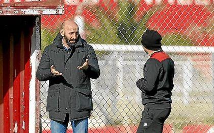 Monchi conversa con Sampaoli en un entrenamiento sevillista.