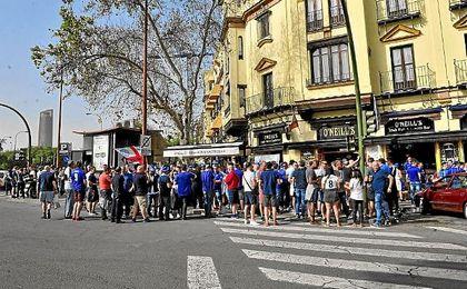 Imagen de aficionados del Leicester por las calles de Sevilla.