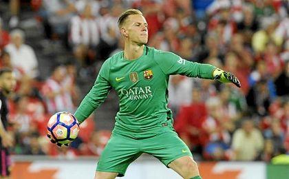 Ter Stegen sacando de puerta durante un partido del Barcelona de esta temporada.