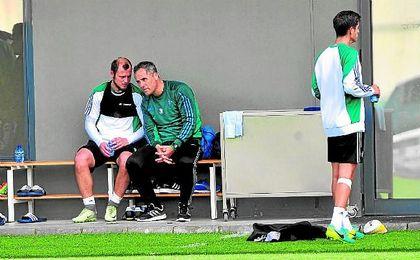 Zozulia pone al día a Marcos Álvarez en un entrenamiento reciente.
