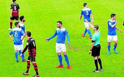 Momento del duelo jugado ayer entre Écija y Gerena, el cual acabó con triunfo local (1-0). ecijapeinfo.com.