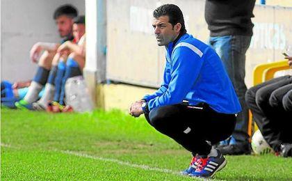 En la imagen, Mariano Suárez, técnico del Coria, observa a sus jugadores en un partido. Lince.